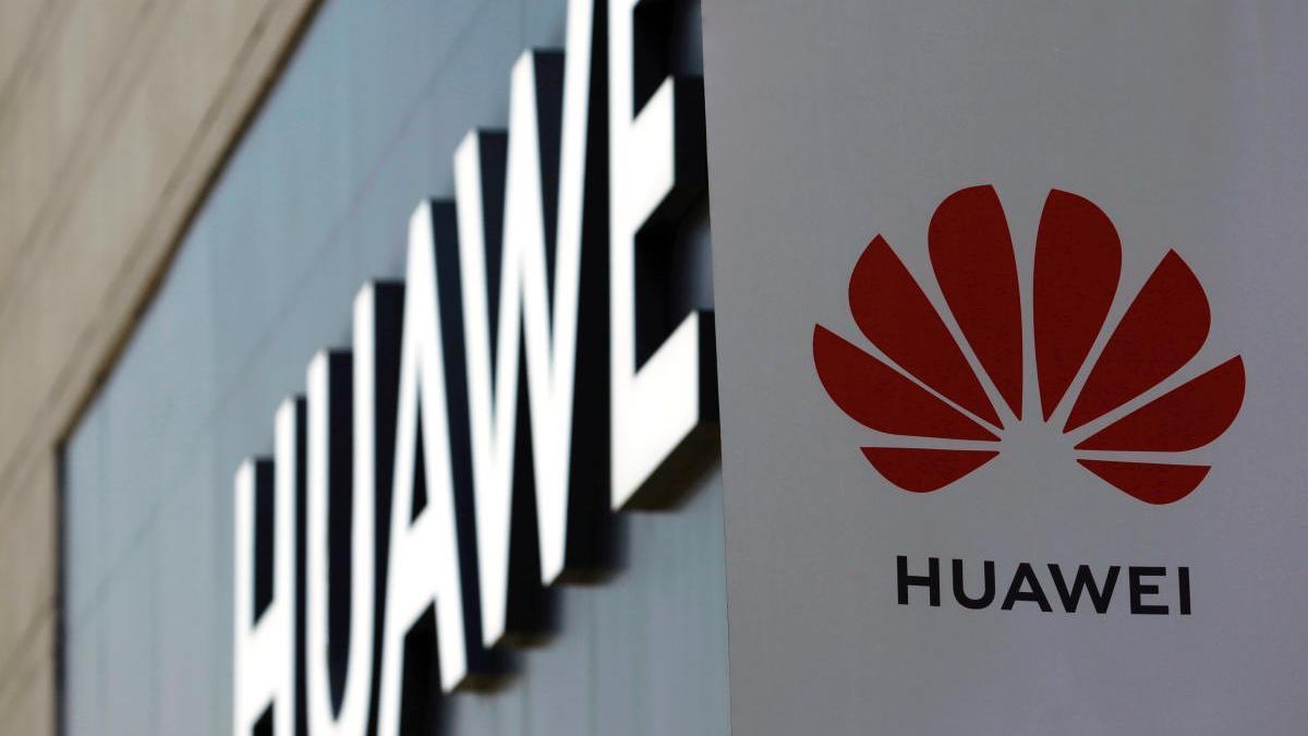 Una señal de Huawei en una tienda en China