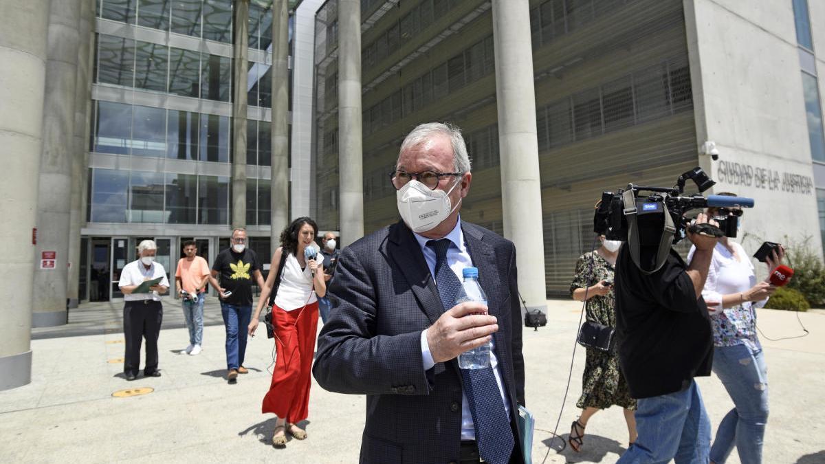 Ramón Luis Valcárcel abandona la Ciudad de la Justicia tras declarar en el caso desaladora.