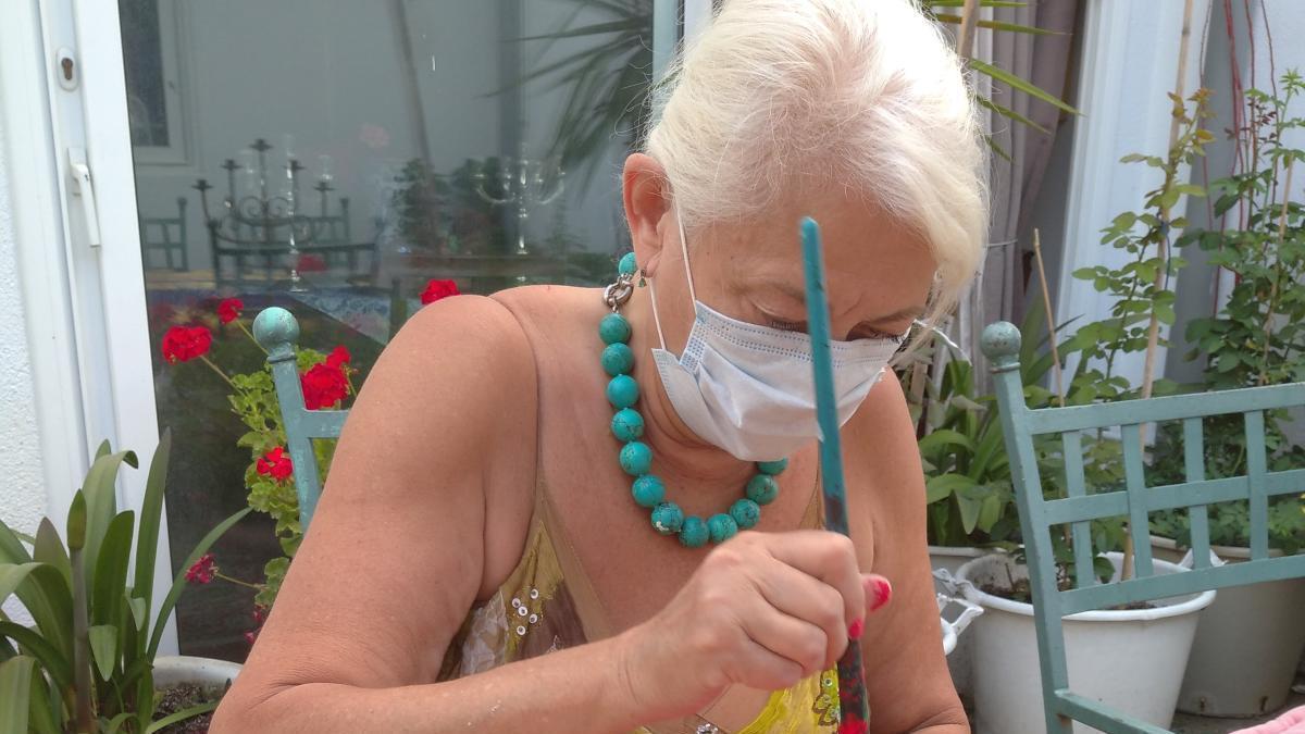 Una de les artistes treballant en una de les peces