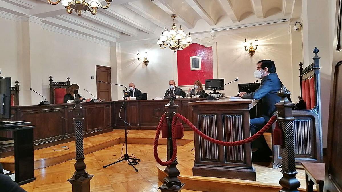 El abogado de la acusación y la fiscal durante el juicio.