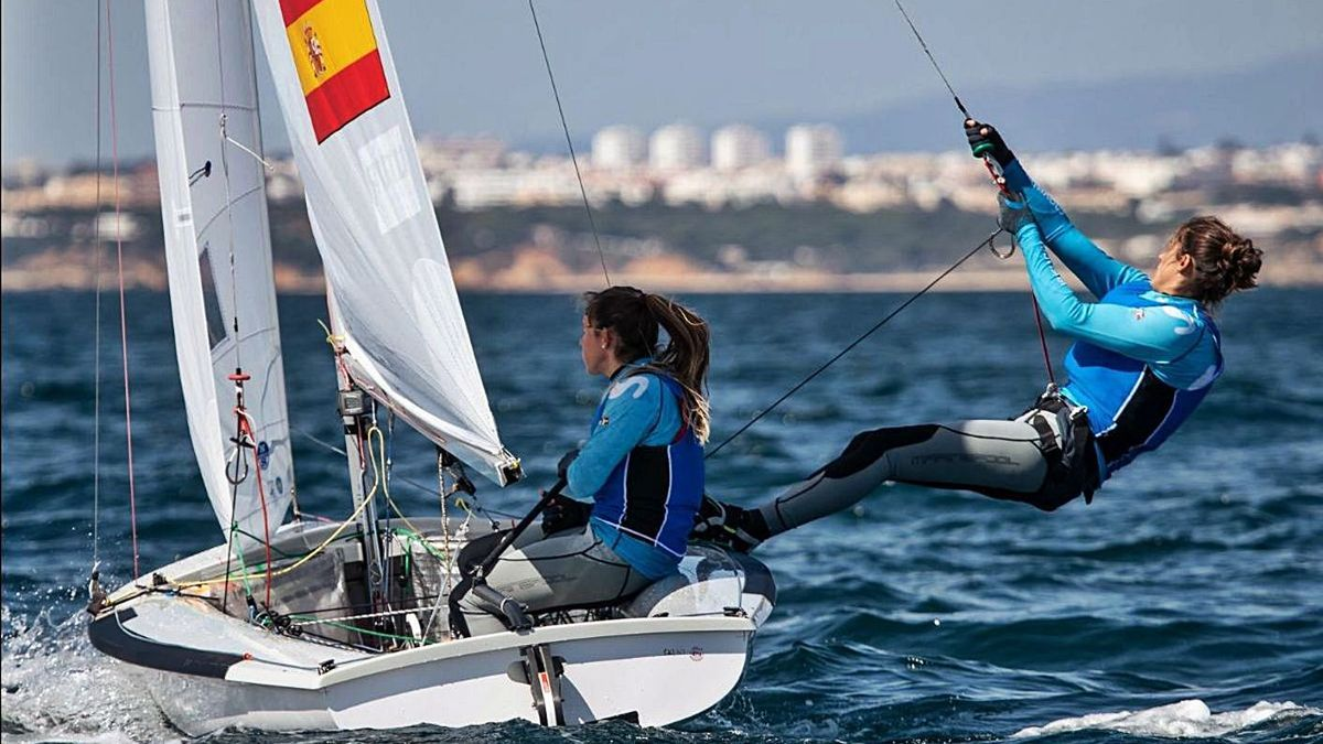 Patricia Cantero, a la derecha, y Silvia Mas, durante una de las regatas celebradas ayer en Portugal. | | UROS KEKUS