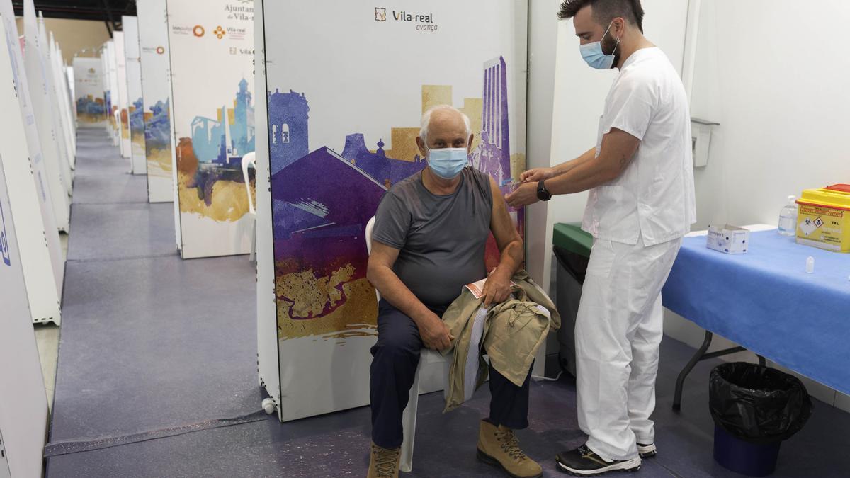 Un sanitario vacuna a un hombre contra el coronavirus en el Centro de Congresos de Vila-real que reabrirá el lunes.