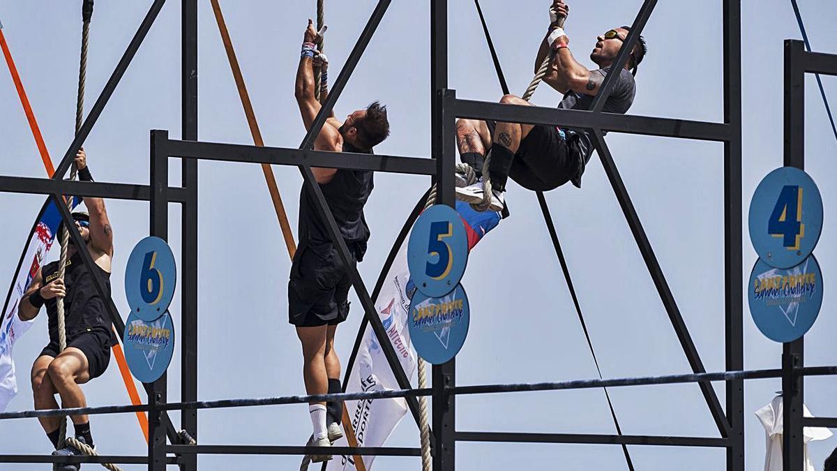 Varios participantes, ayer, en pleno esfuerzo durante uno de los ejercicios del Lanzarote Summer Challenge. | | LP/DLP