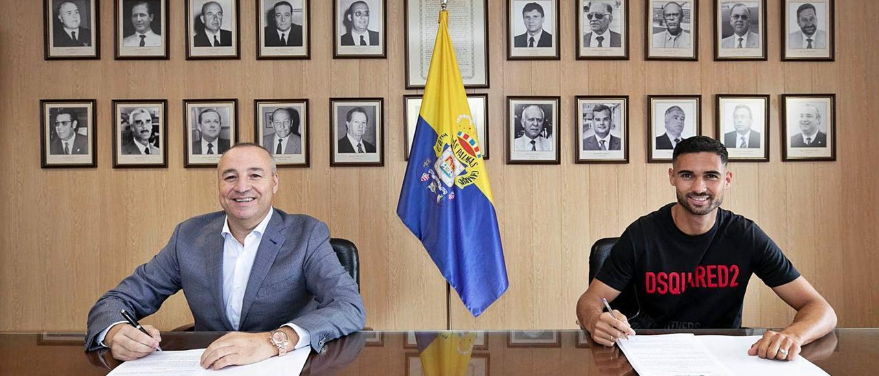 Benito Ramírez, a la derecha de la imagen, firma su nuevo contrato acompañado de Miguel Ángel Ramírez, presidente de la entidad amarilla.
