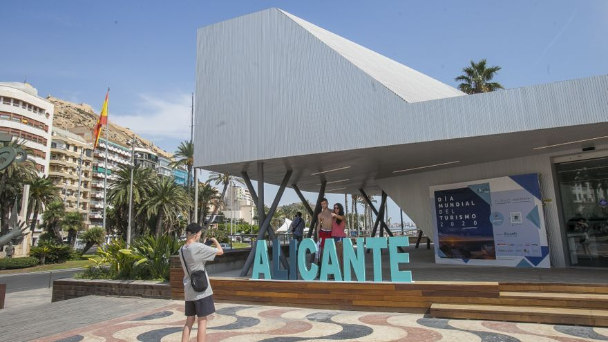 La Oficina de Turismo en el puerto abre al público en «pruebas» con más de un año y medio de retraso