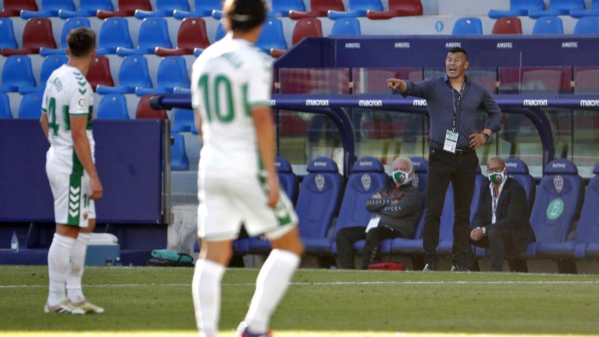 Almirón dando instrucciones a Raúl Guti y Pere Milla, durante el partido del Levante.