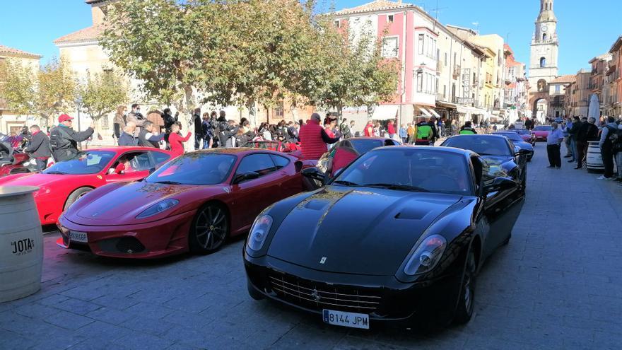 Los motores de coches Ferrari y motos Goldwing rugen en Toro