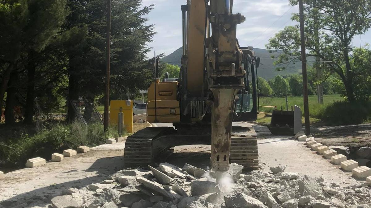 Una màquina inicia la demolició del pont sobre el torrent Estahuja entre Llívia i Estavar