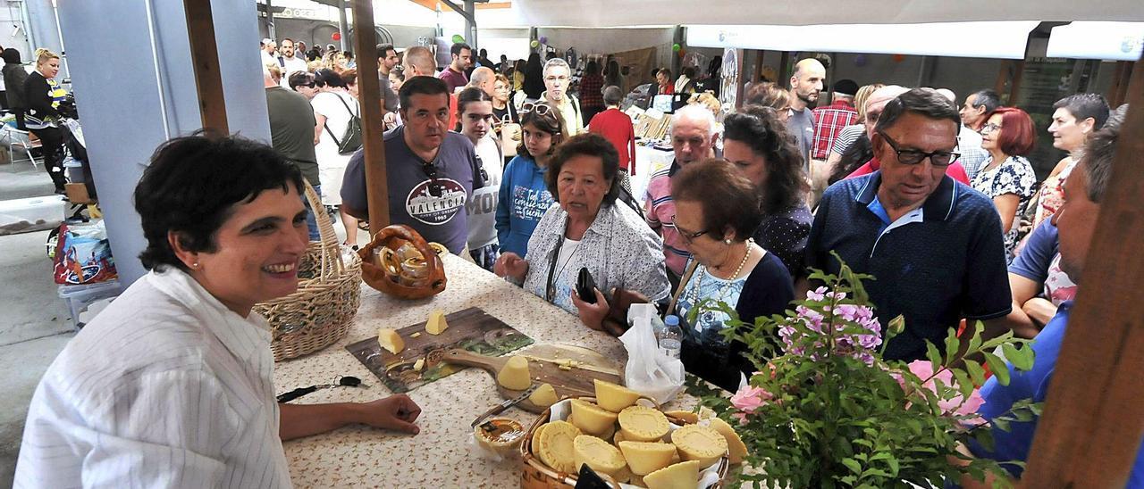 Natalia Lobeto en un stand del certamen del queso casín en una de las últimas ediciones.   LNE