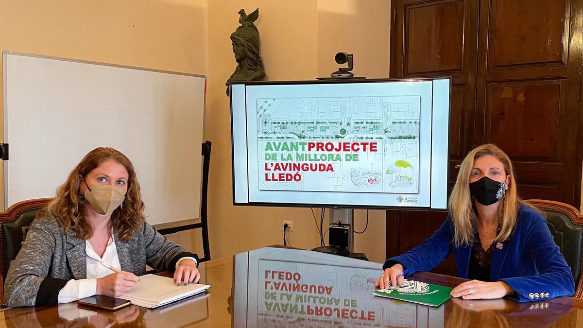 La alcaldesa Amparo Marco, a la derecha, con un plano del anteproyecto de mejora de la avenida de Lledó