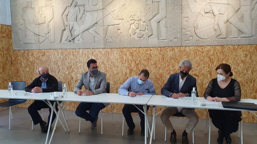 El Ayuntamiento firma la adquisición de los edificios de las harineras que pasan a ser dependencias municipales