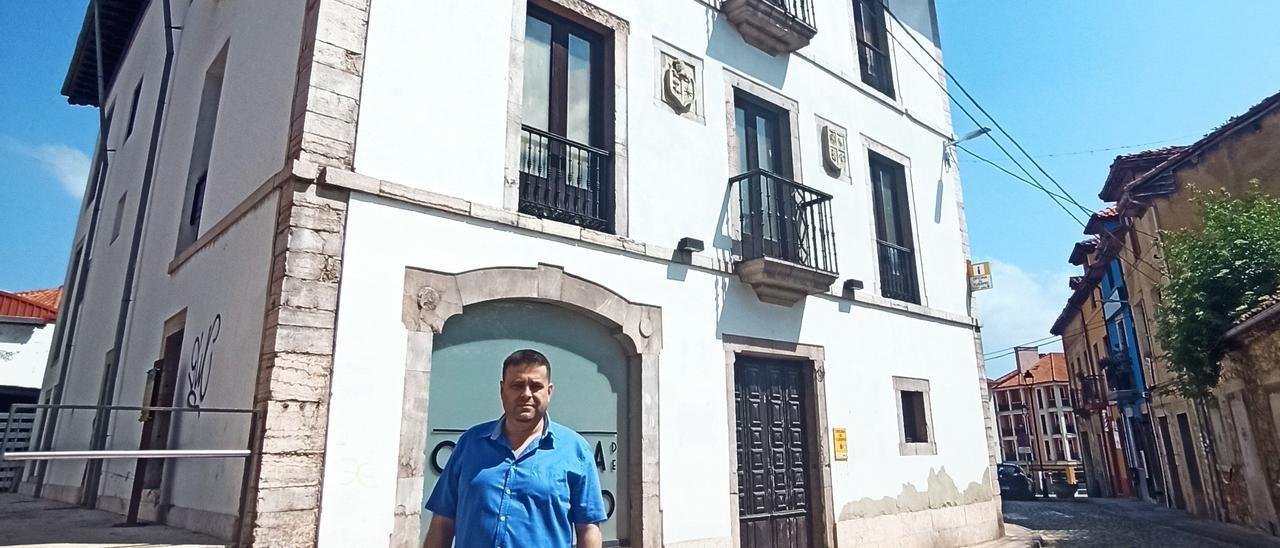 Gustavo Adolfo Fernández, ante el Palacio Fontela