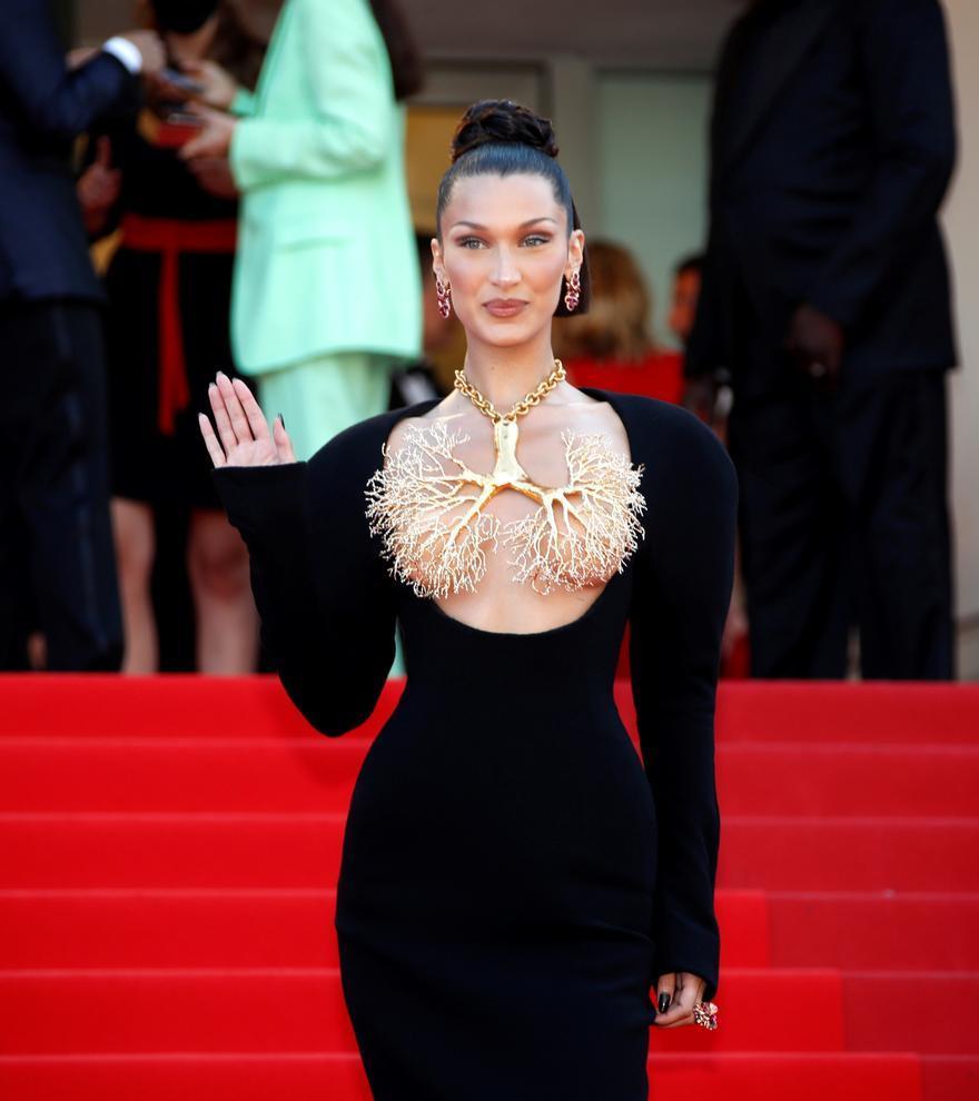 Bella Hadid eclipsa con su estilismo la alfombra roja de Cannes