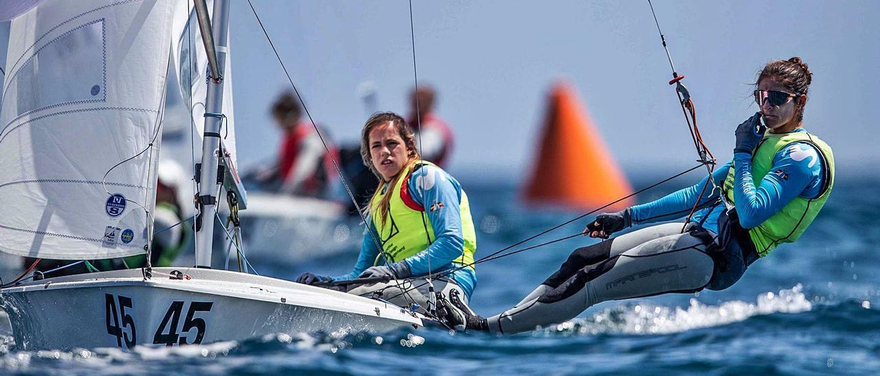 La grancanaria Patricia Cantero -derecha- y la catalana Silvia Mas, ayer, durante la última regata del Europeo en aguas portuguesas.     JOAO COSTA/OSGA PHOTO