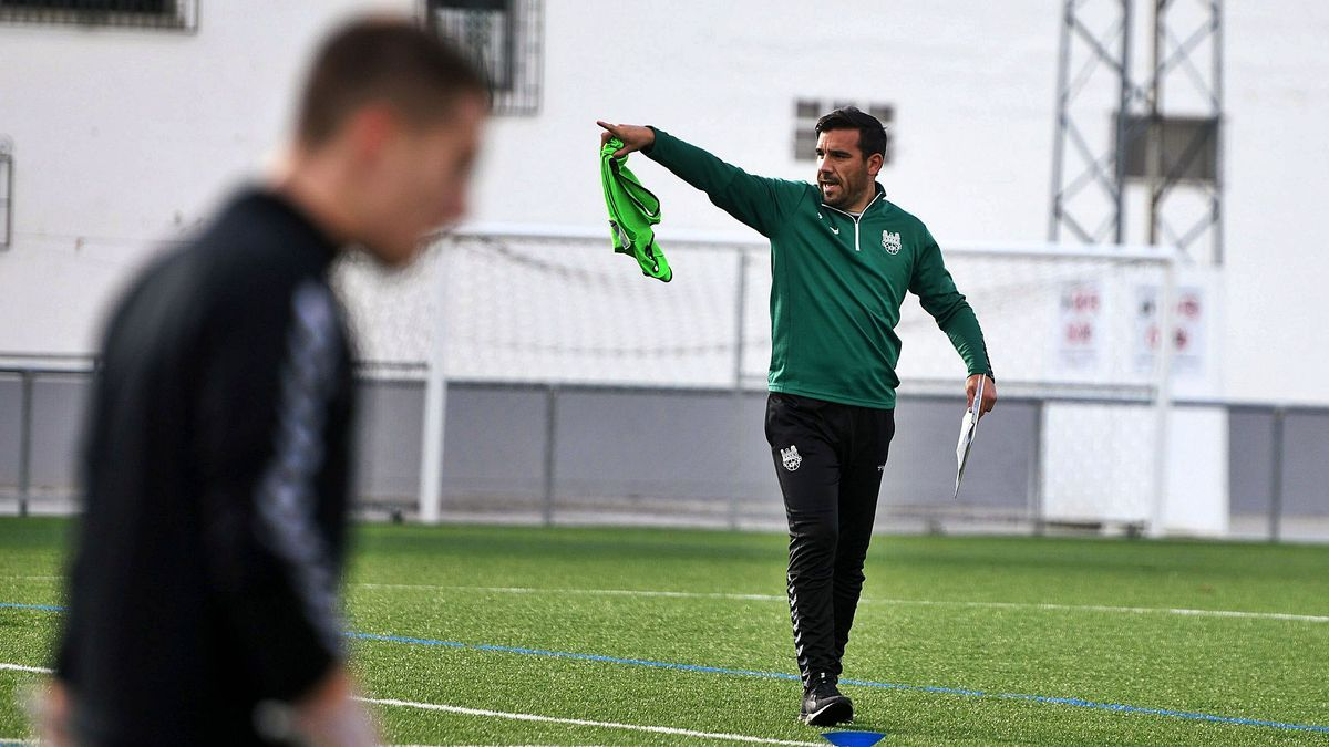Jesús Ramos dando indicaciones en un entrenamiento del equipo en A Seca.