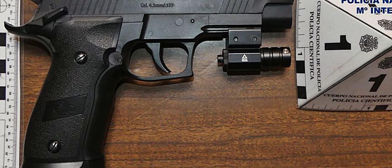 La pistola que llevaba el supuesto ladrón.