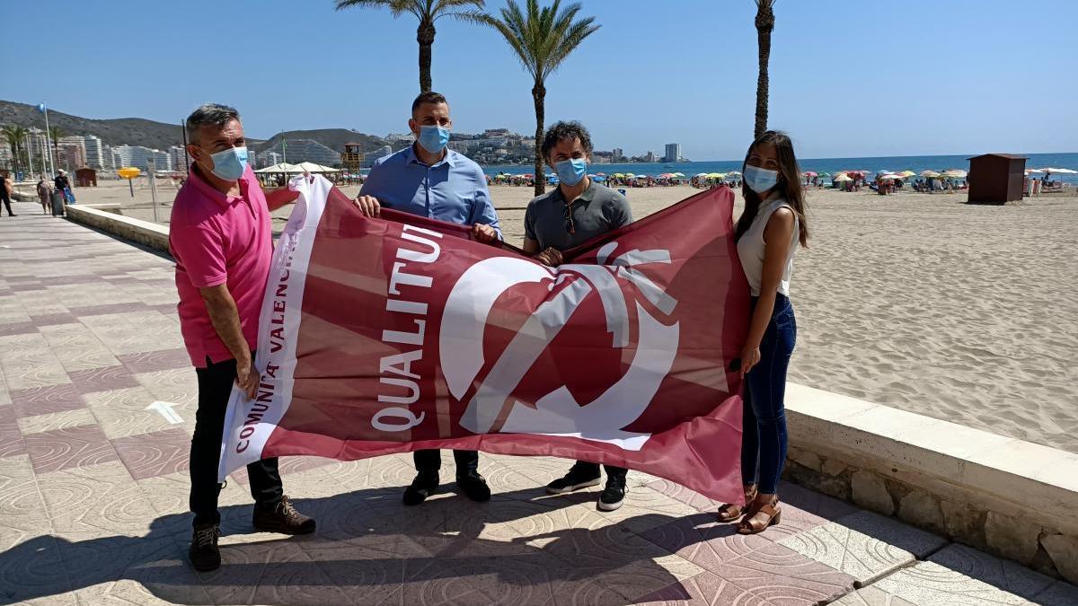 El alcalde, el secretario autonómico y la concejala de Turismo con una de las banderas Qualitur.