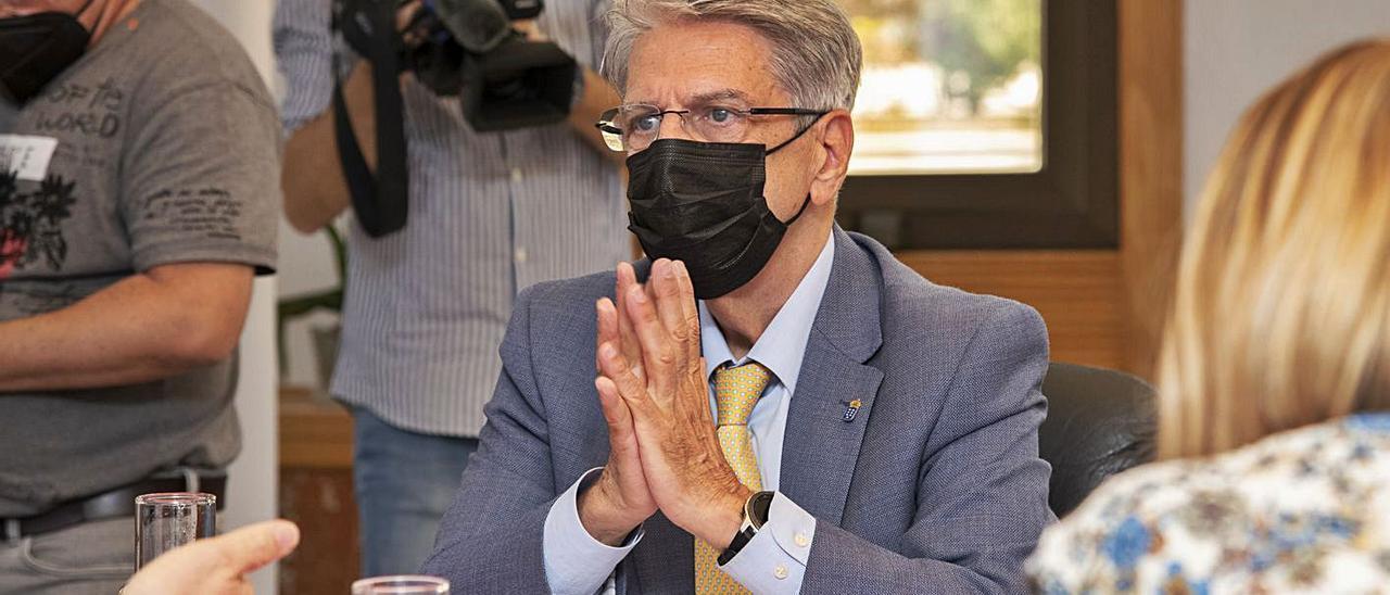 El consejero de Administraciones Públicas, Julio Pérez, en un Consejo de Gobierno. | | LP/DLP