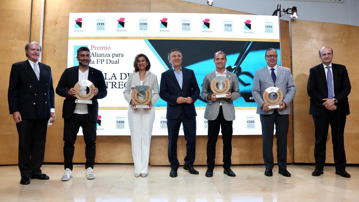 Els guanyadors del V Premi Aliança per a la FP Dual, amb Francisco Belil (esquerra), Pau Herrera (dreta) i Roberto Brasero.