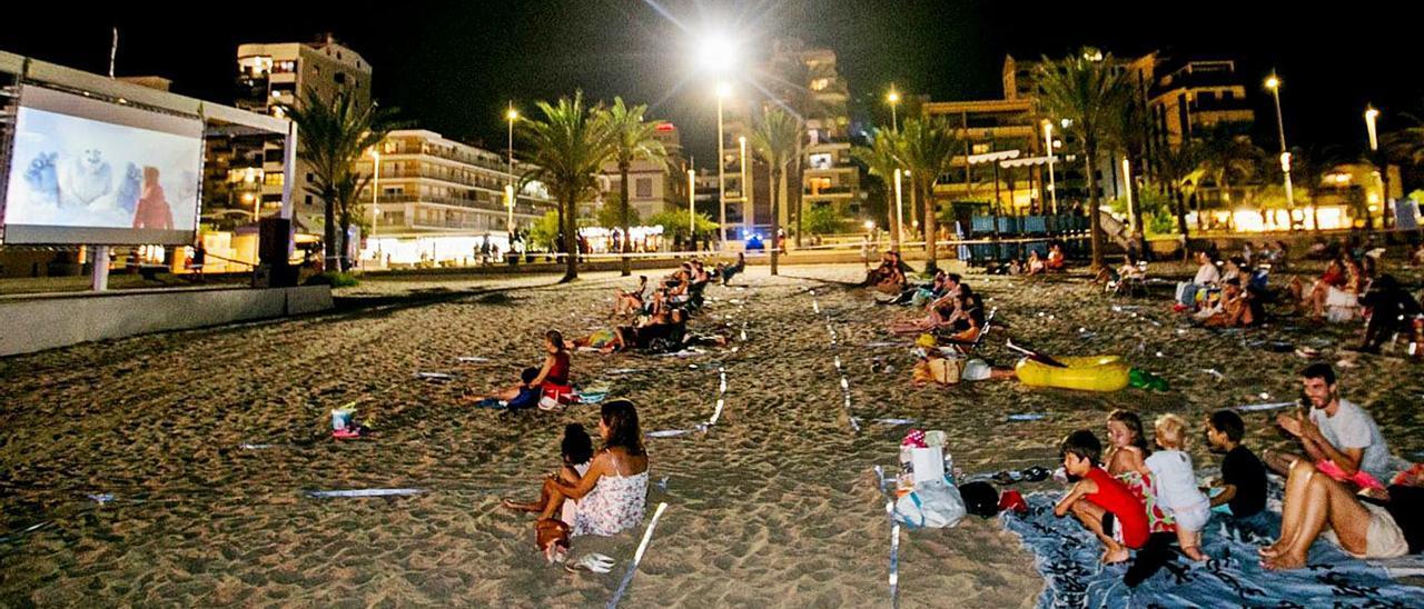 Una sesión de cine de verano en la playa de Gandia, actividad que el verano pasado el ayuntamiento incluyó en su programación para turistas.   | ÀLEX OLTRA
