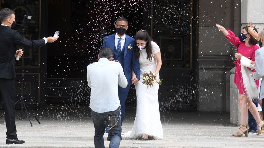 """Las bodas se """"reinventan"""": menos enlaces y con novios de mayor edad y divorciados"""