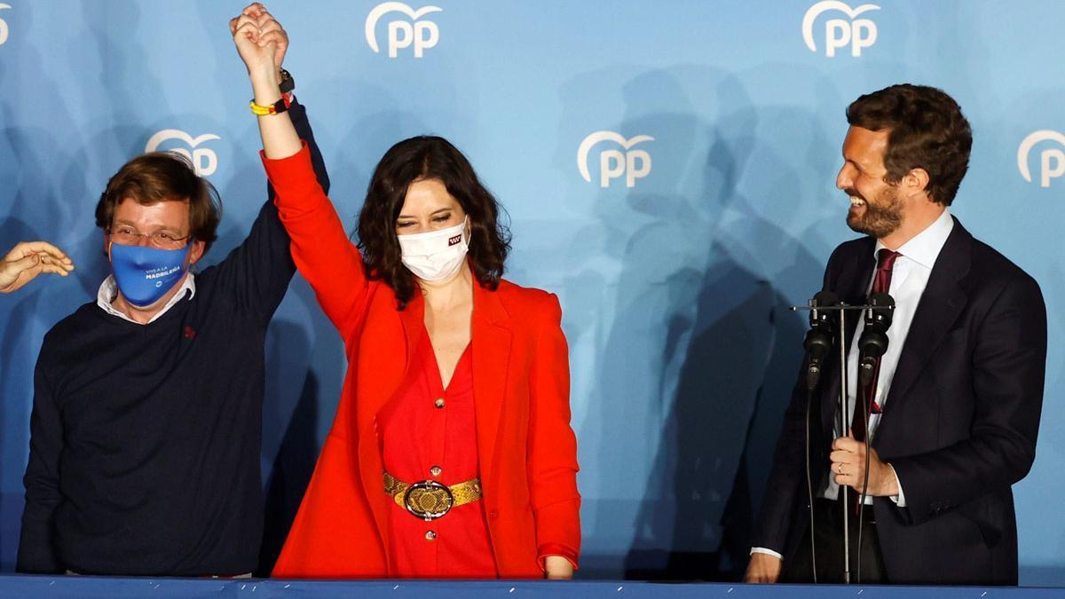 Casado, con Martínez-Almeida y Ayuso tras las últimas elecciones en Madrid.