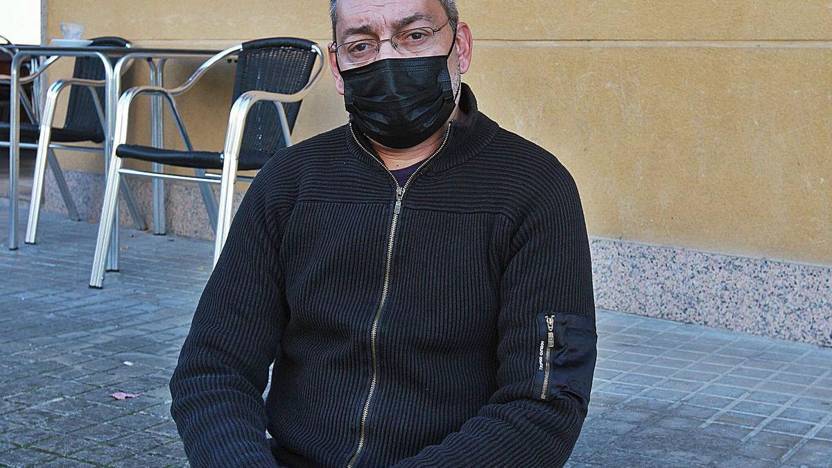 José Manuel Conde, yerno del fallecido, en su bar de Ourense.