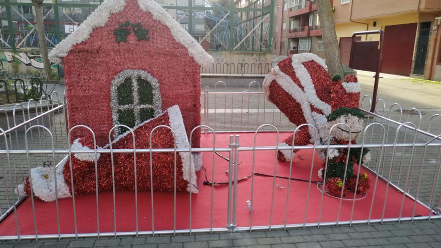 Los vándalos se ceban con la decoración navideña en Benavente