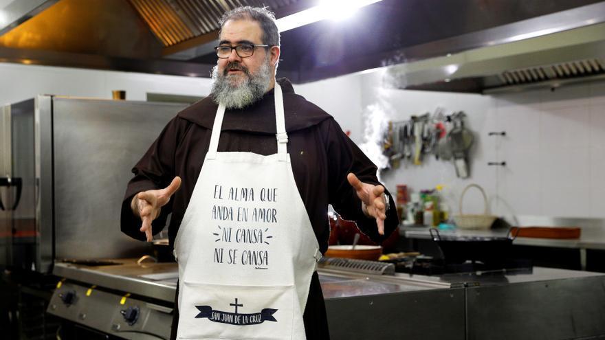 Un fraile valenciano cocina para 100.000 suscriptores en Youtube