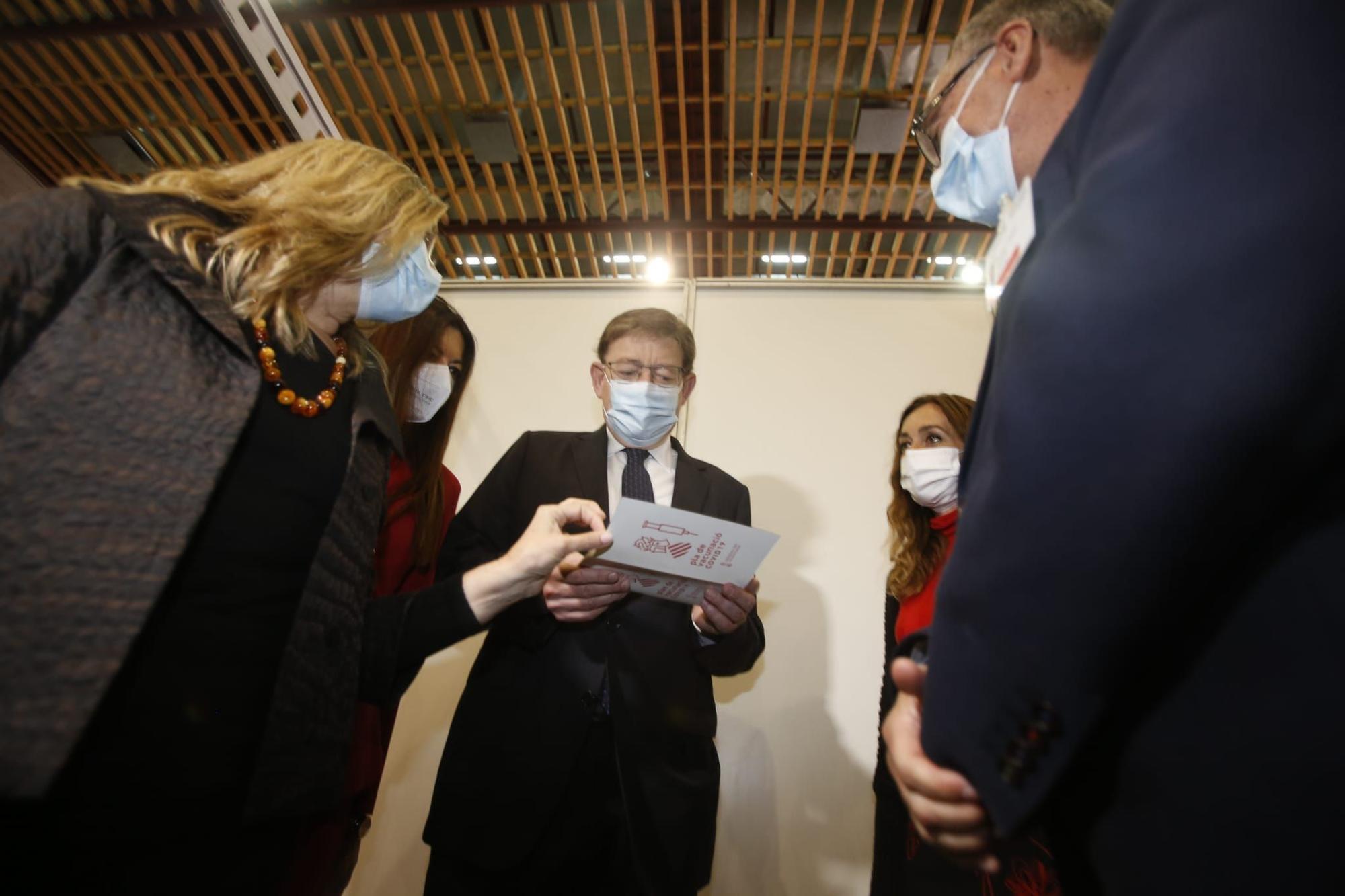 Ximo Puig visita el vacunódromo de Ciudad de la Luz