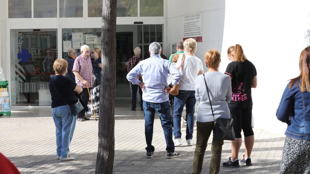 Colas frente al centro de salud de Altabix, en Elche