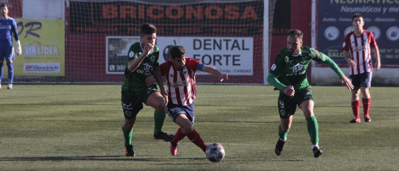 Mauro conduce un balón en el duelo del domingo ante el Arenteiro.