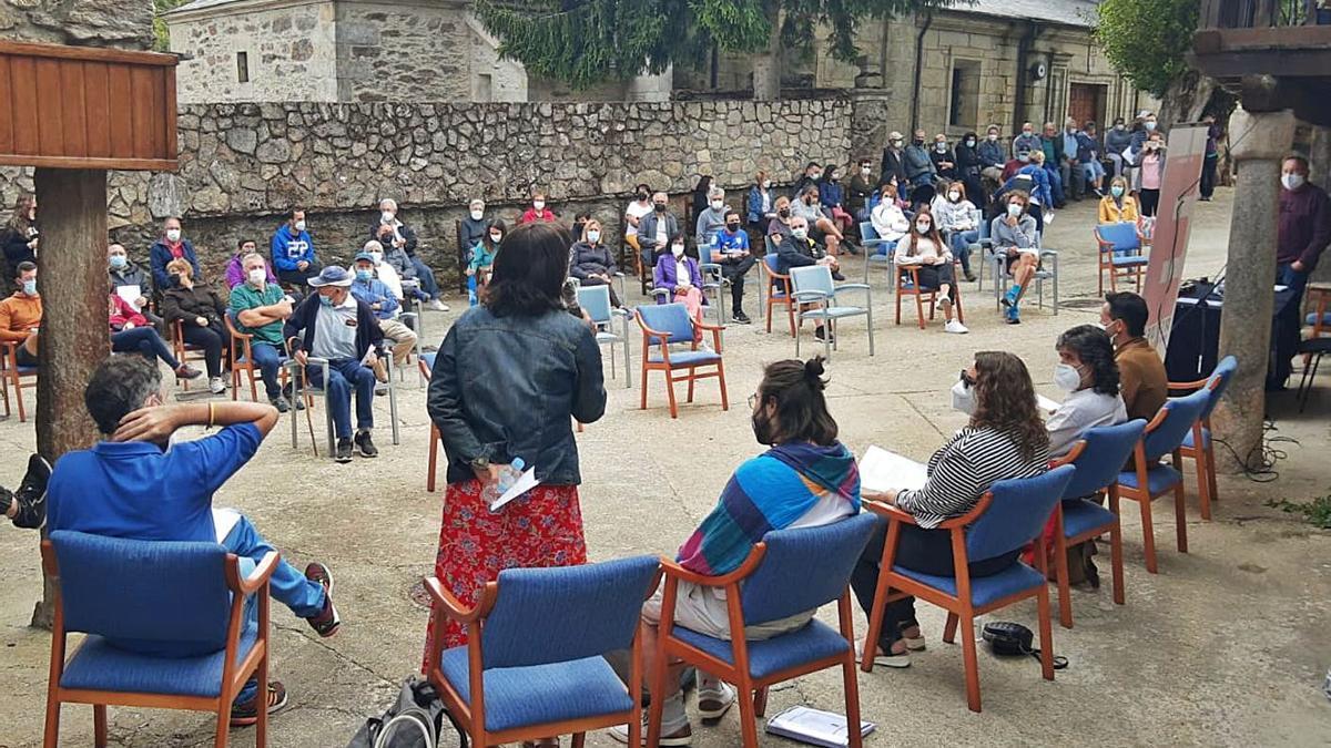 Un momento de la reunión de la Revuelta de la España Vaciada en Porto de Sanabria.   Araceli Saavedra