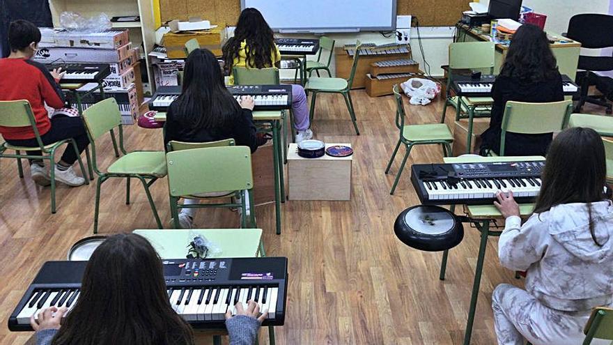 Pazos de Borbén dota el aula musical del CPI Curros Enríquez con teclados musicales
