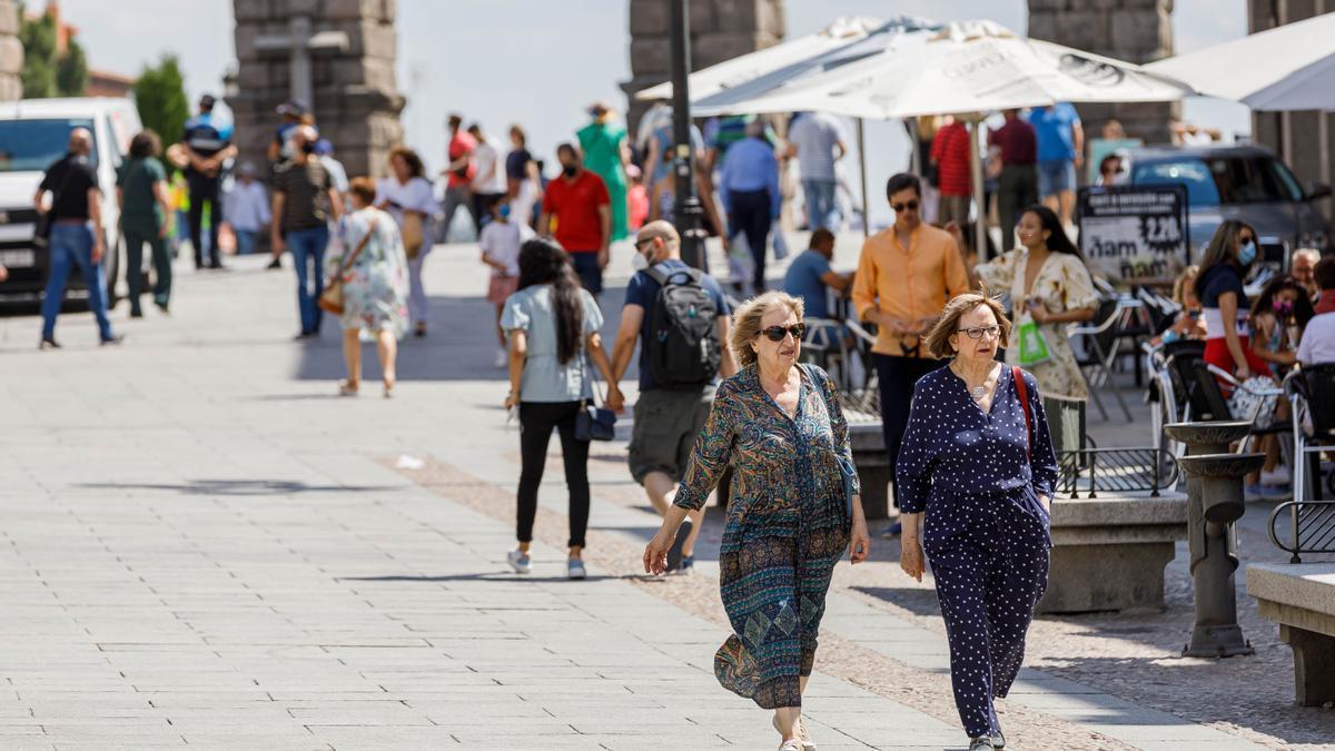 Segovianos pasean por el centro de la ciudad.