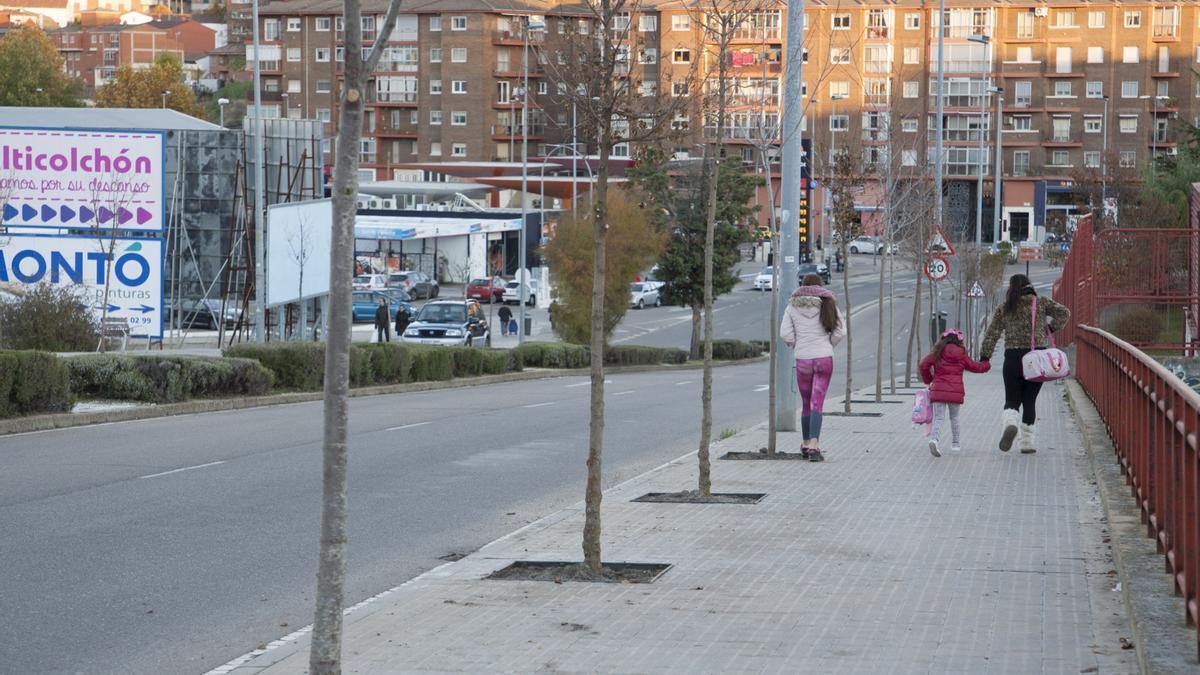 Dos mujeres y una niña paseando por la Cuesta del Bolón