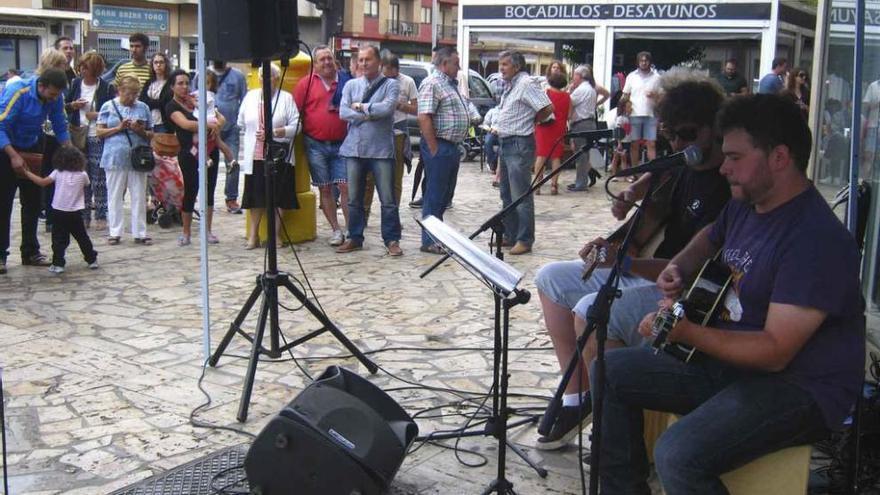 El dúo EspaÑoleando ambienta con música el vermú festivo