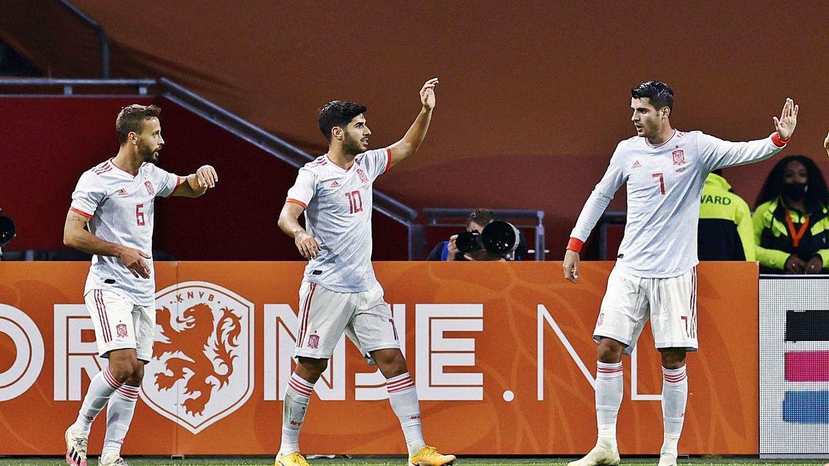 Canales, Asensio y Morata celebran el gol de España en el Johan Cruyff Arena de Ámsterdam.