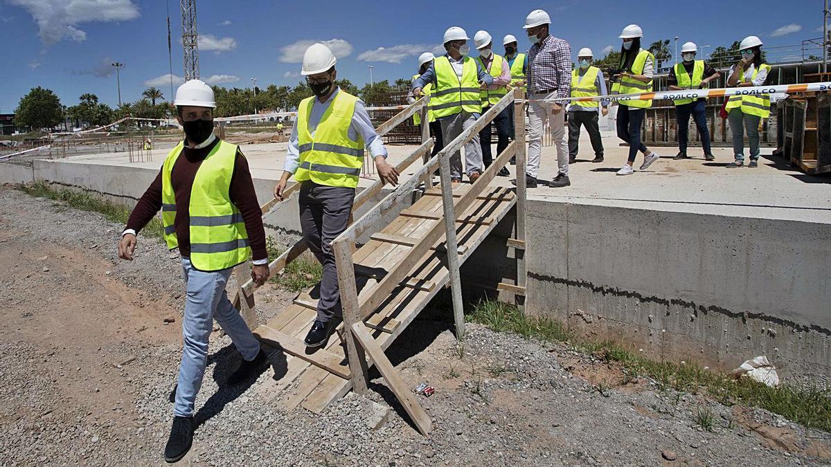 Un momento de la visita a las obras del futuro instituto del Port de Sagunt. | TORTAJADA