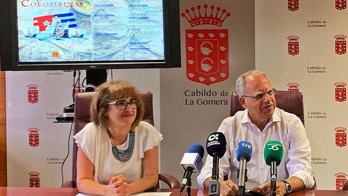 El presidente del Cabildo, Casimiro Curbelo, y la consejera insular de Educación, Rosa Elena García. | | E.D.