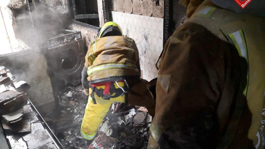 Arde una vivienda en el barrio Nueva Fraternidad de Elda