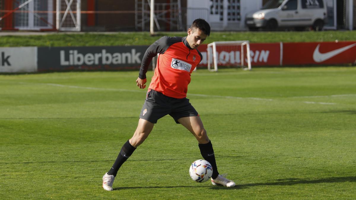 Pedro Díaz controla el balón.