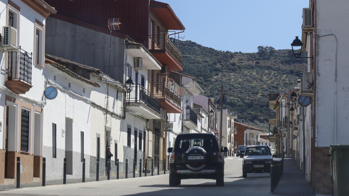 Un todoterreno recorre una calle de Fuenlabrada de los Montes.