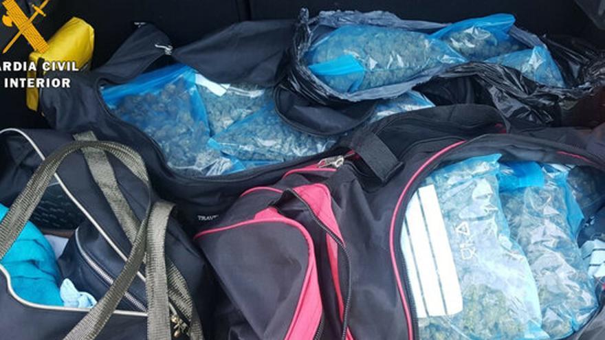 Detenen dos homes a la Jonquera que duien 13 kg de marihuana amagats al maleter