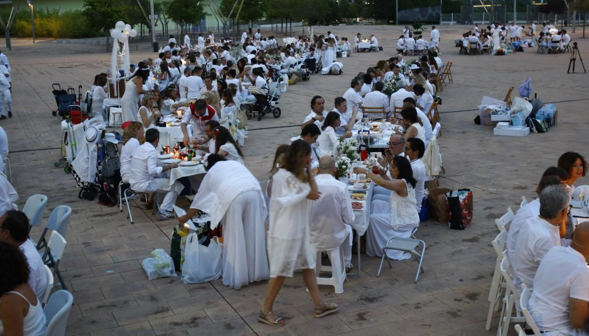 Cena en blanco junto a El alma del Ebro