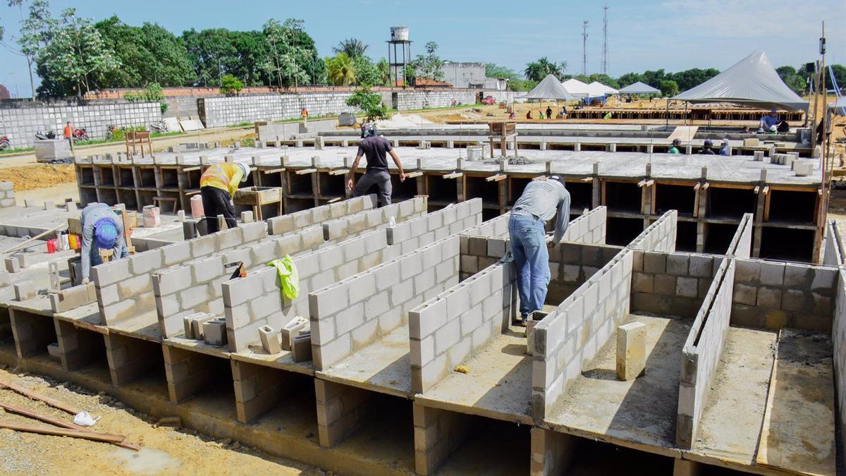 Construcción de nuevos nichos en el cementerio de Taruma, en Manaos.