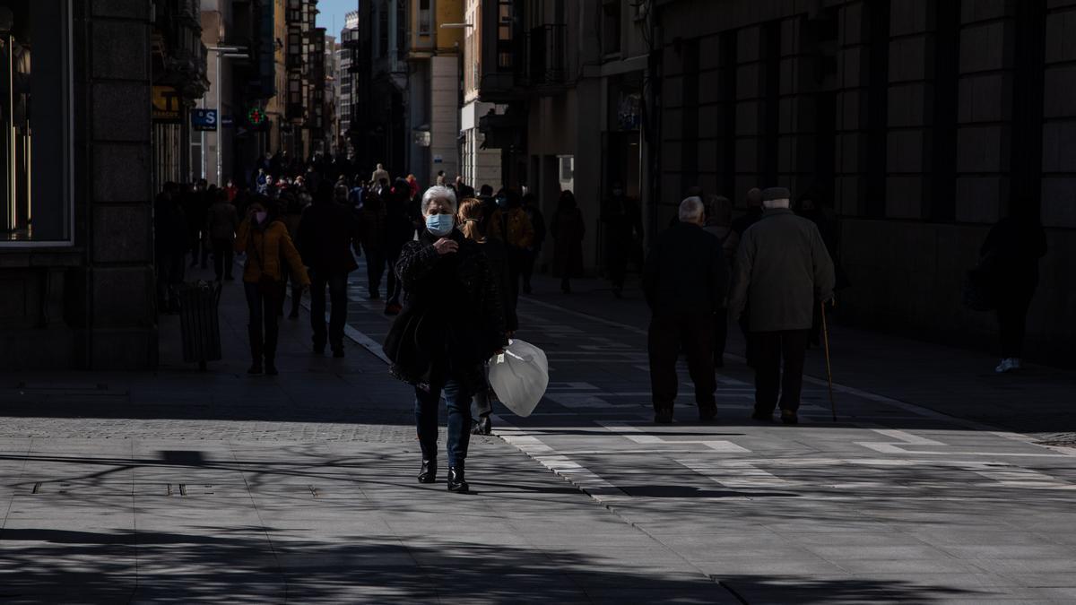 Gente con mascarilla pasea por Zamora.