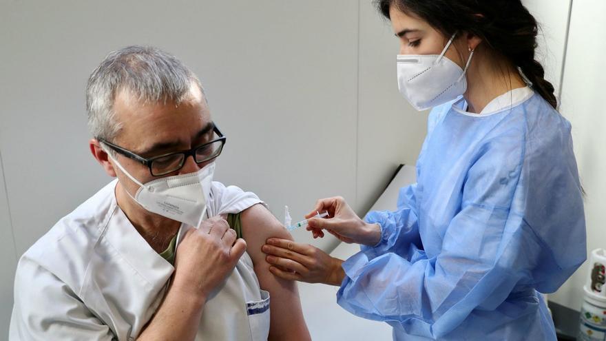 """Más de 13.000 sanitarios empiezan a vacunarse en una campaña """"ágil y rápida"""""""