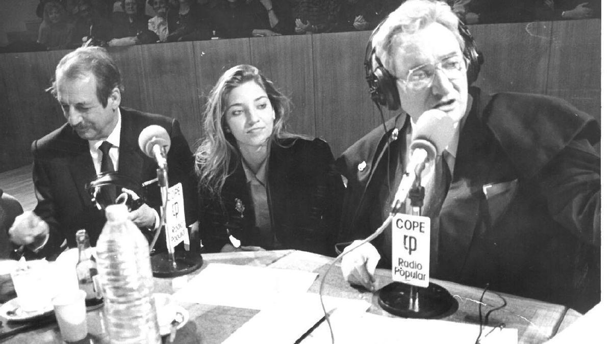 """Covadonga, flanqueada por """"Tip"""" y Luis del Olmo, durante su presencia en el """"Debate Sobre el Estado de la Nación"""" de 1989"""