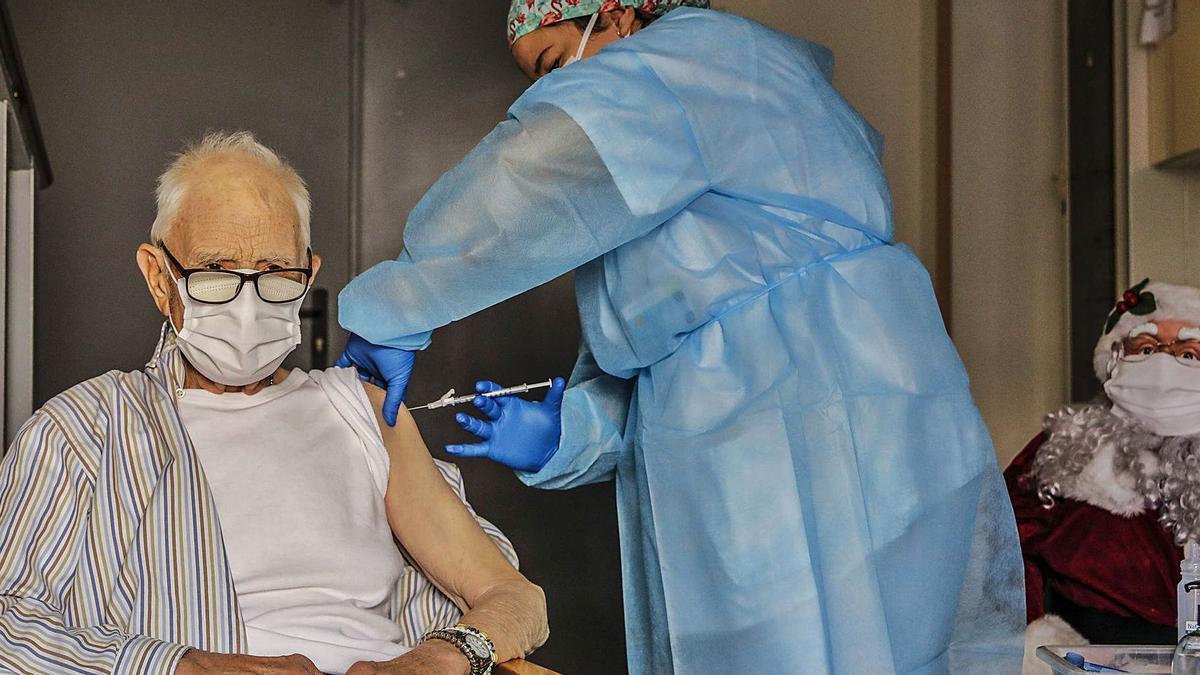 Batiste Martí, de 81 años, se convirtió el pasado domingo en el primer valenciano en recibir la vacuna contra el coronavirus.    LEVANTE-EMV